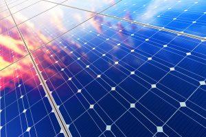 Celda solar vista desde un costado donde se aprecian sus conectores y se refleja el cielo