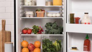 refrigerador de dos puertas abierto con alimentos congelados