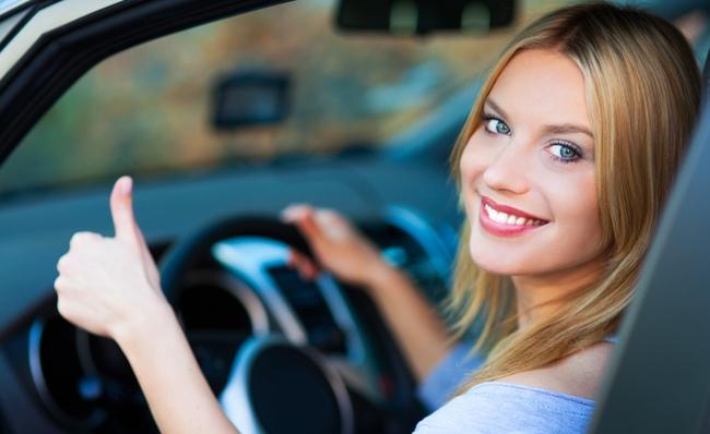 Chica joven conduciendo su auto.