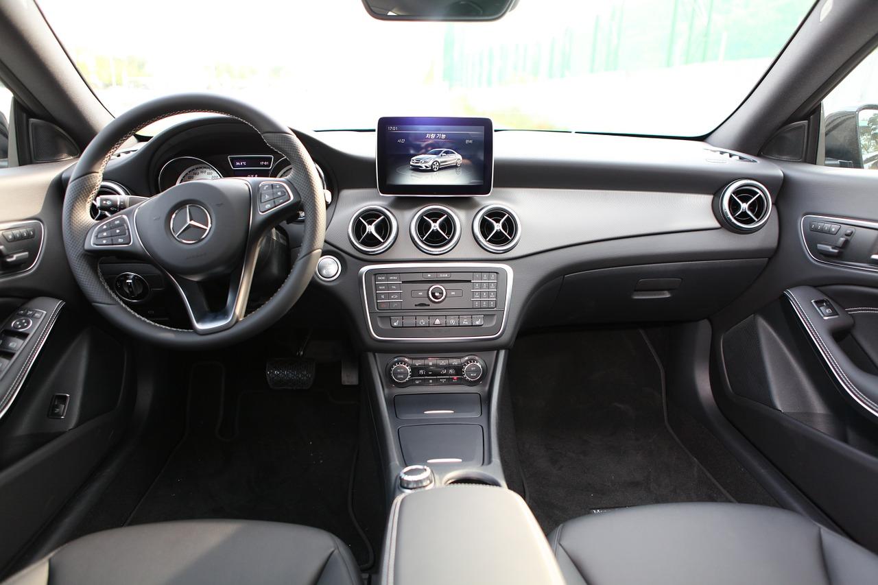 automóvil nuevo por dentro
