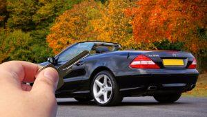 hombre con las llaves de su auto