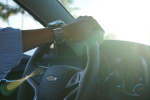 mujer conduciendo de forma segura