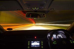 persona conduciendo en la noche