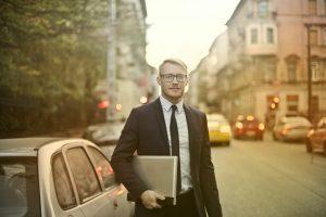 Hombre con su portafolio y auto