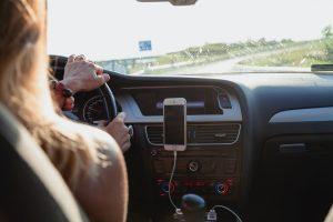 Joven conduciendo su automóvil