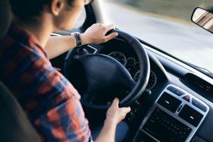 Mujer conduciendo su automóvil
