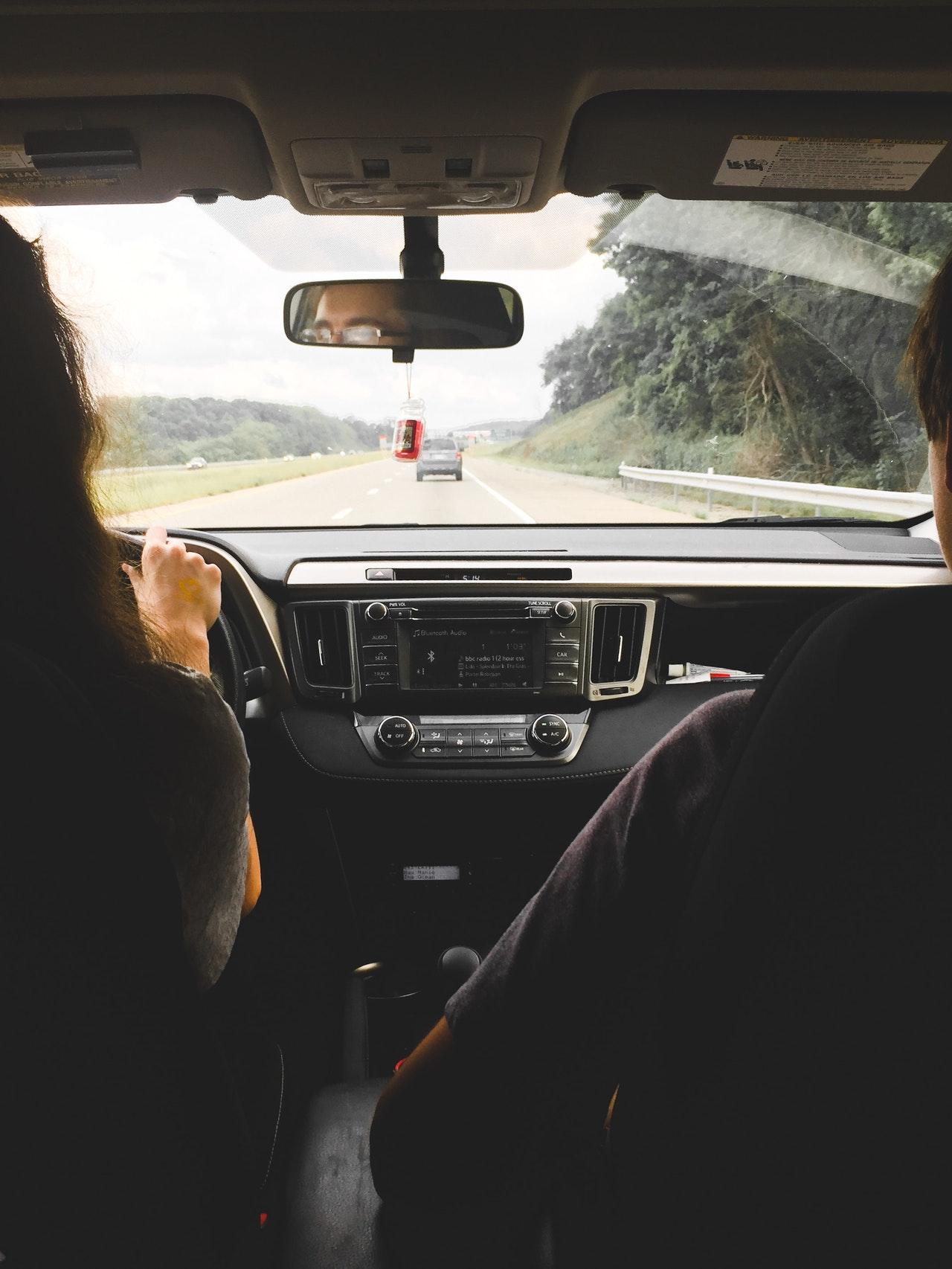 Pareja conduciendo en carretera