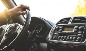 Persona aprendiendo a conducir