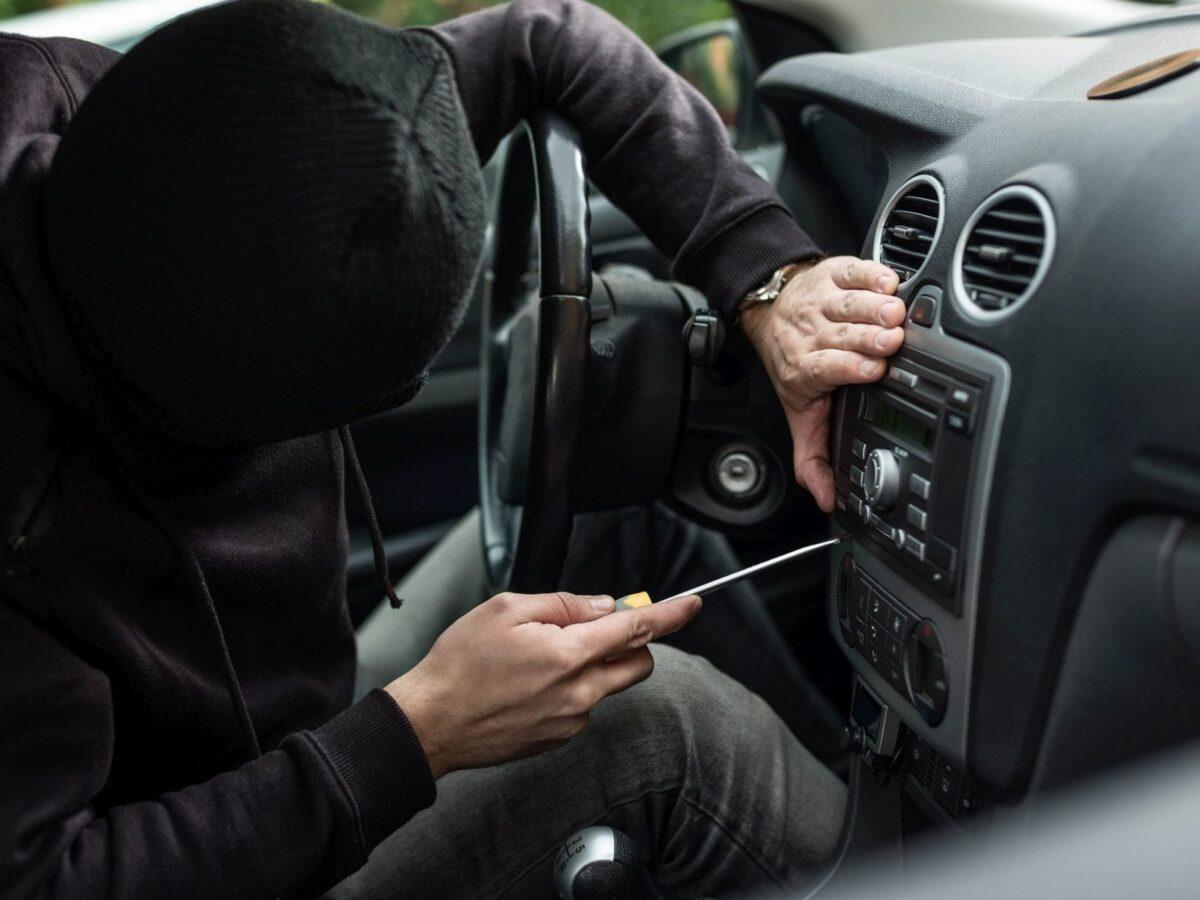 Persona robando auto