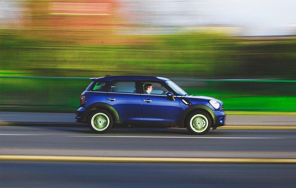 coche andando en la carretera