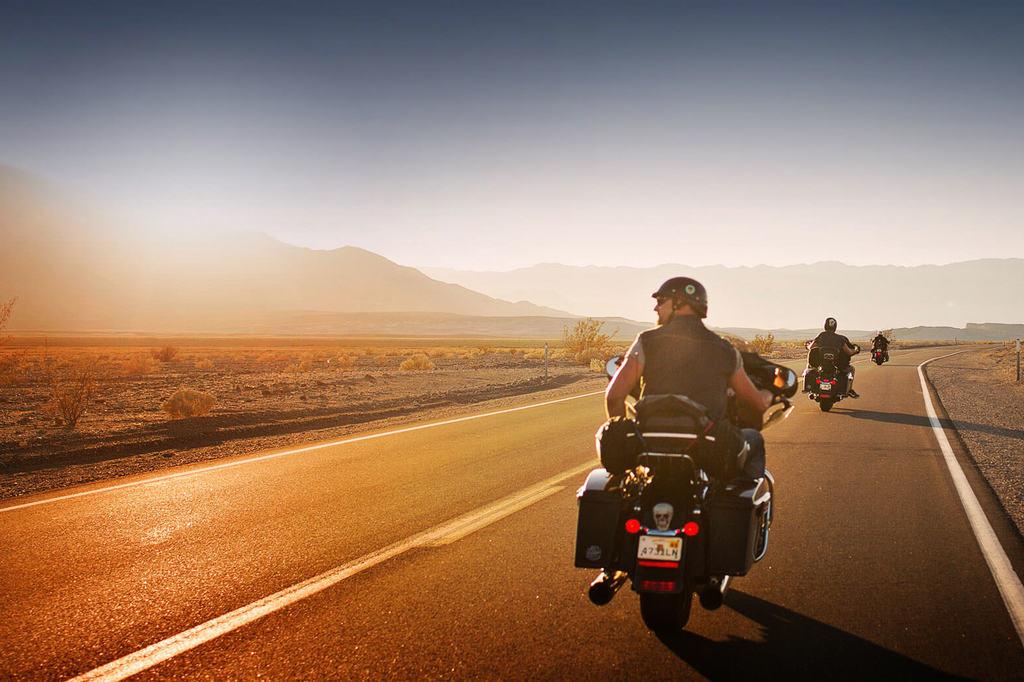 señor manejando su moto