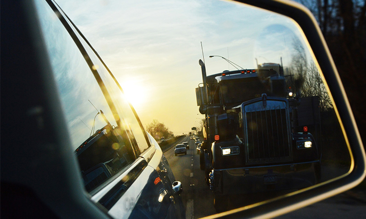 Coche y camión en carretera