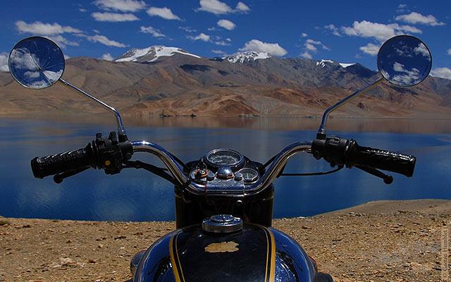 moto con vista a un lago