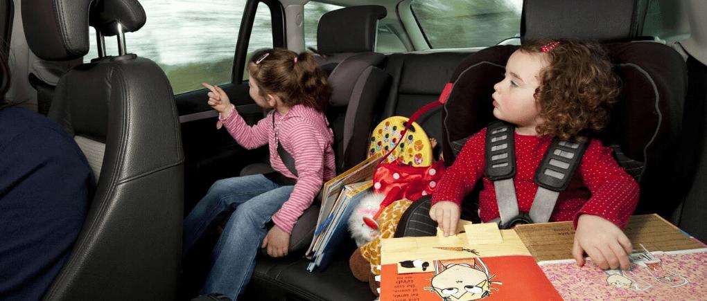 Niños en la parte trasera de auto