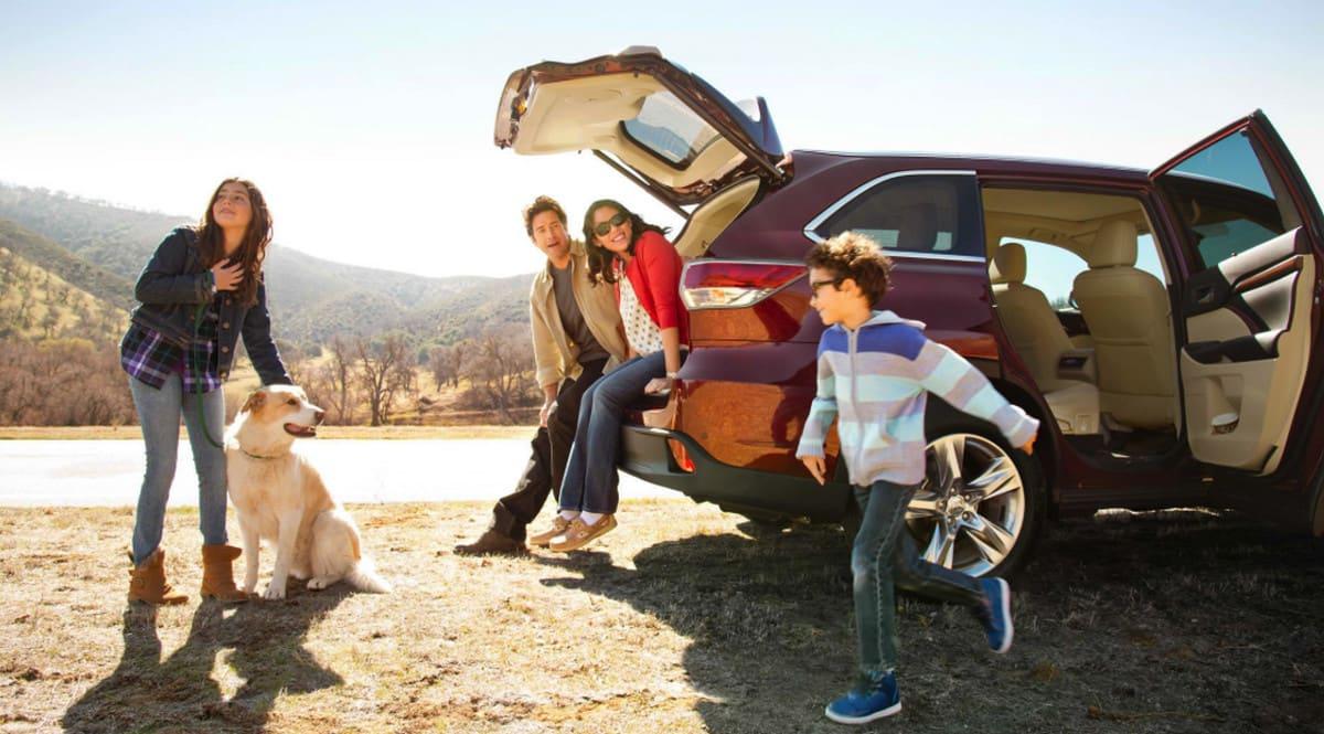 familia disfrutando sus coche nuevo