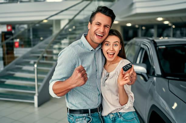 pareja feliz con coche nuevi