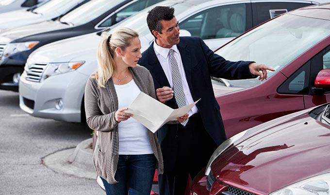 mujer contratando su seguro de auto